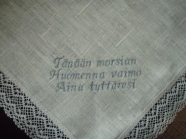 Morsiamen äidille pellavanenäliina.